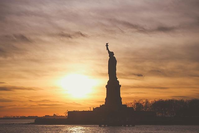 Socha svobody v západu slunce.jpg