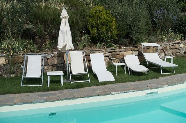 bazén s lehátky a slunečníkem