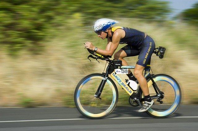 cyklista jede na kole