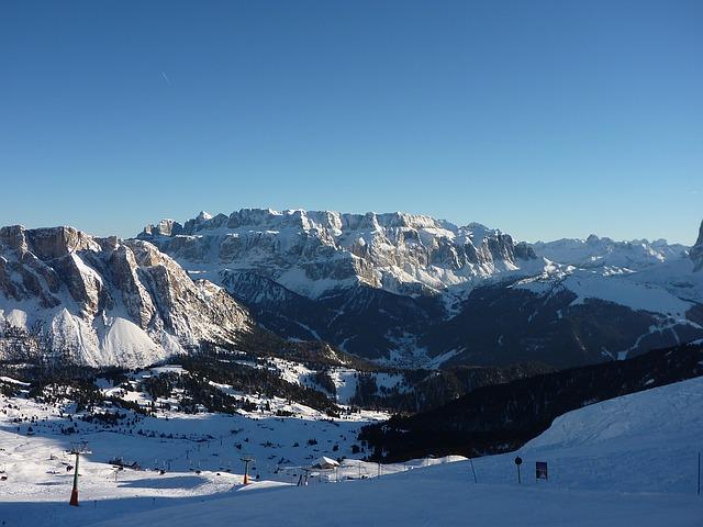zasněžené hory určené pro zimní oblečení CRAFT
