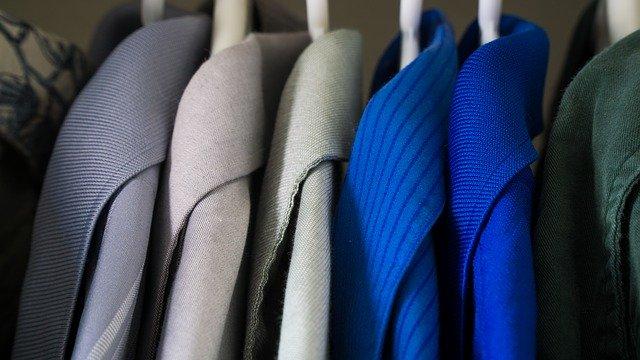 šaty na ramínkách, obsah skříně