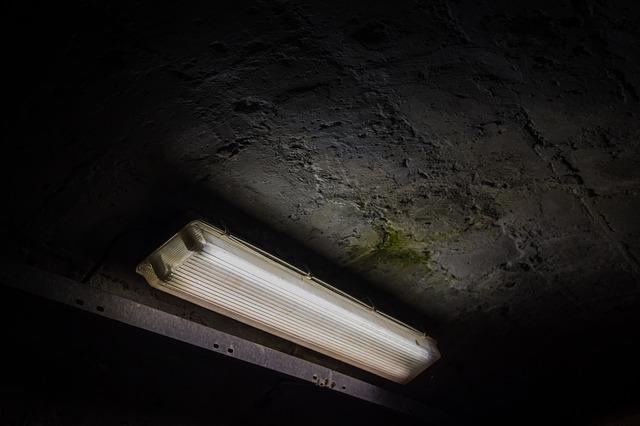 zářivka v tunelu